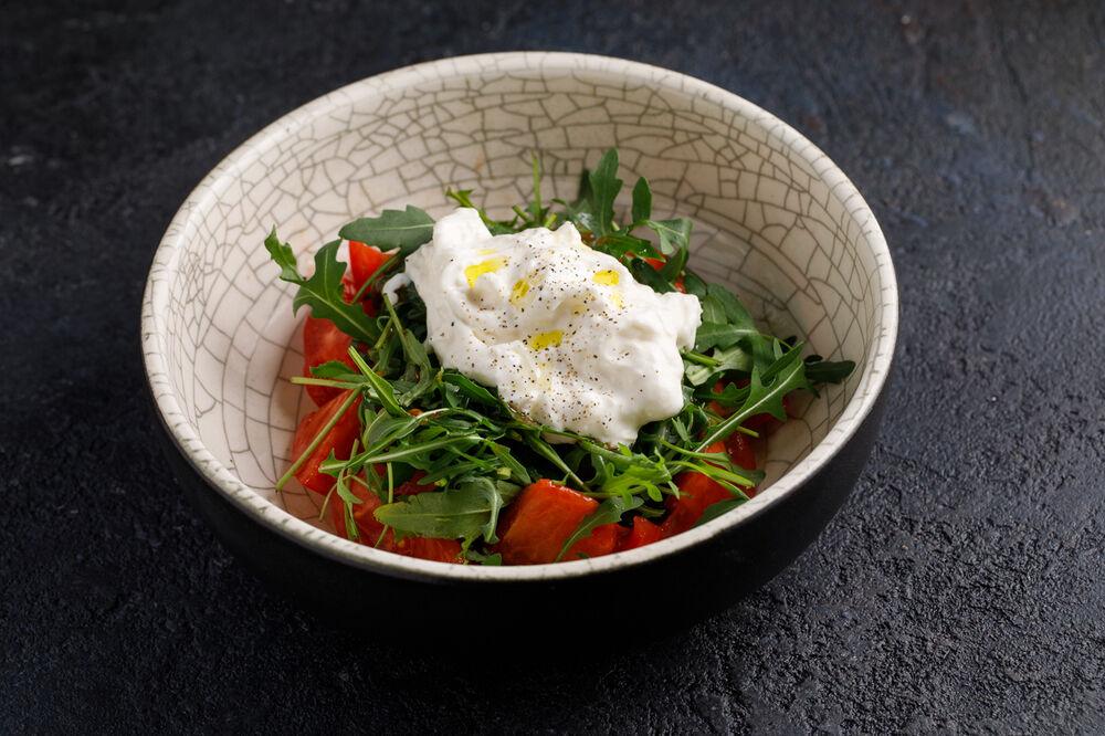 Salad with rocket salad, fresh tomatoes and Stracaetella