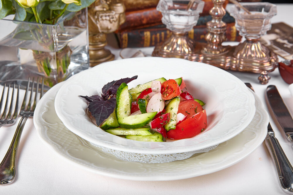 Salad with fresh vegetables