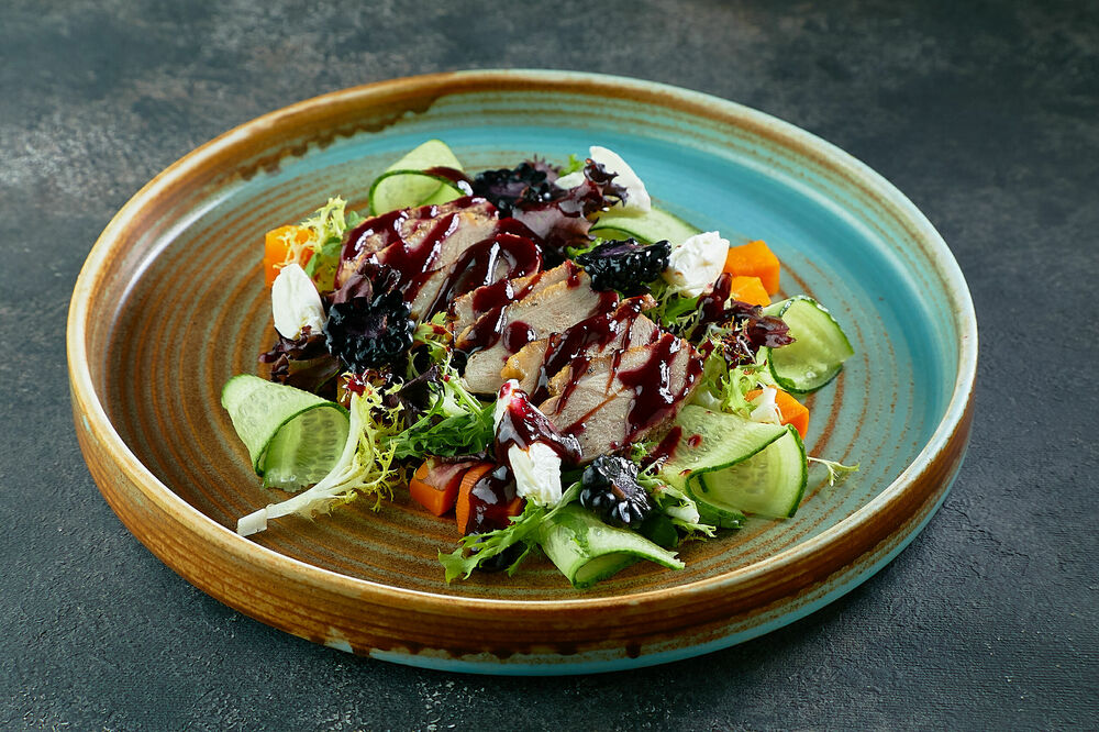 Salad with duck and blackberry
