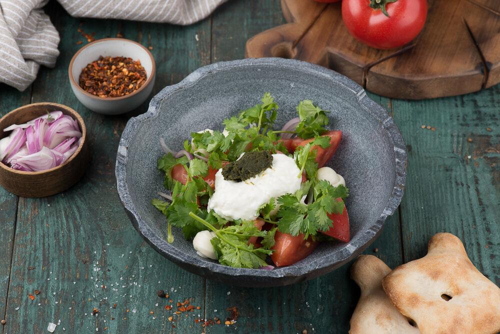 Salad with tomatoes and matsoni sauce