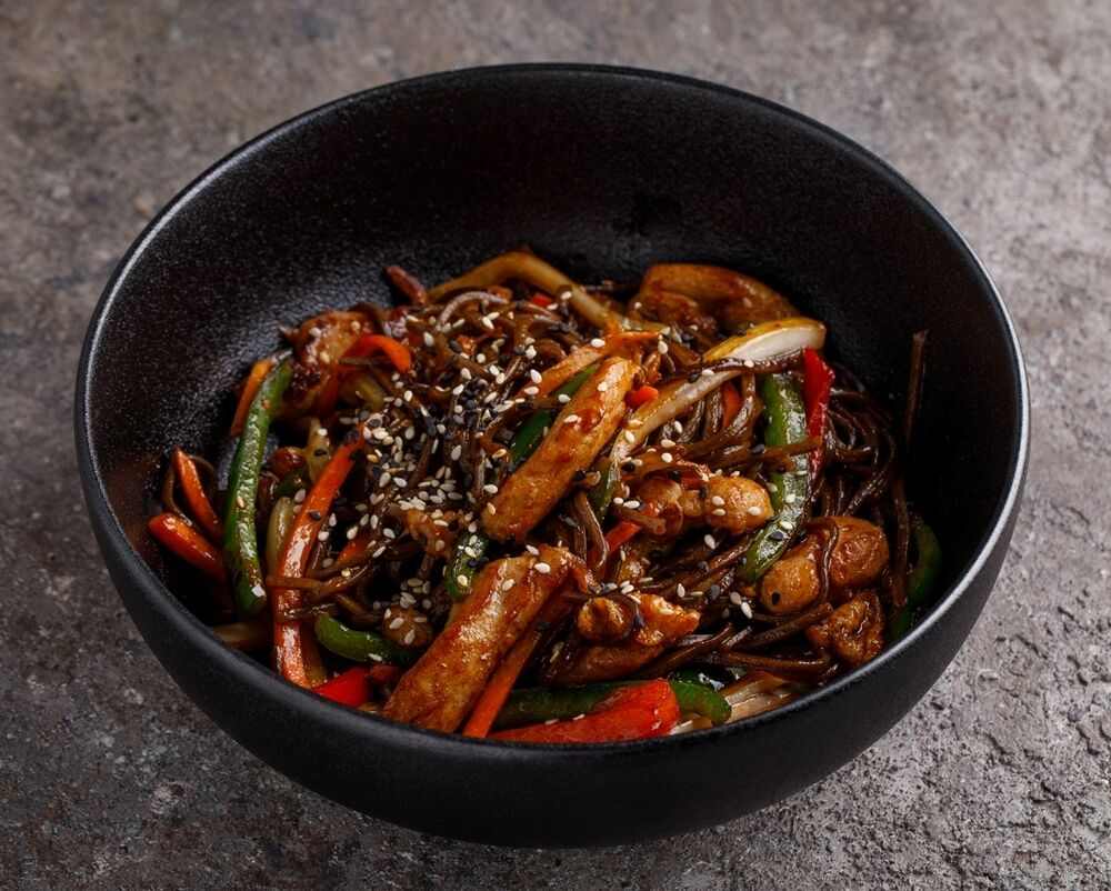Buckwheat noodles with vegetables and chicken
