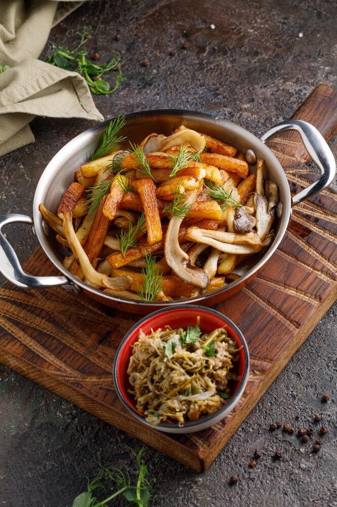 Potatoes fried with seasonal mushrooms and jonjoli