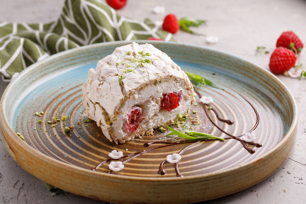 Pistachio roll with rastberry