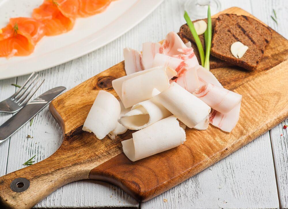 Homemade lard with garlic