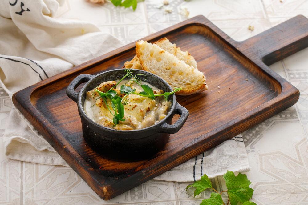 Mushroom julienne with chicken under cheese crust