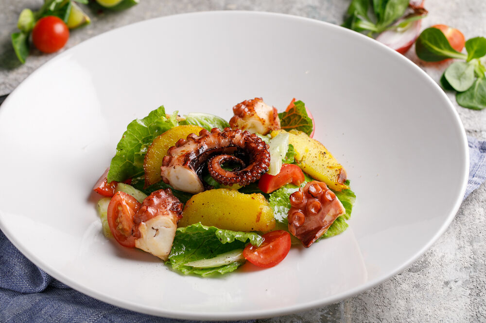 Salad with octopus and baked potatoes