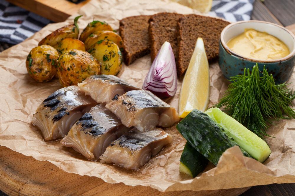 Cold smoked mackerel with baked potatoes and borodinsky bread