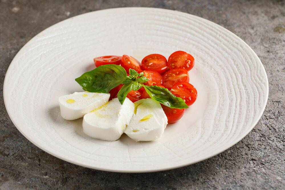 Mozzarella with ripe tomatoes