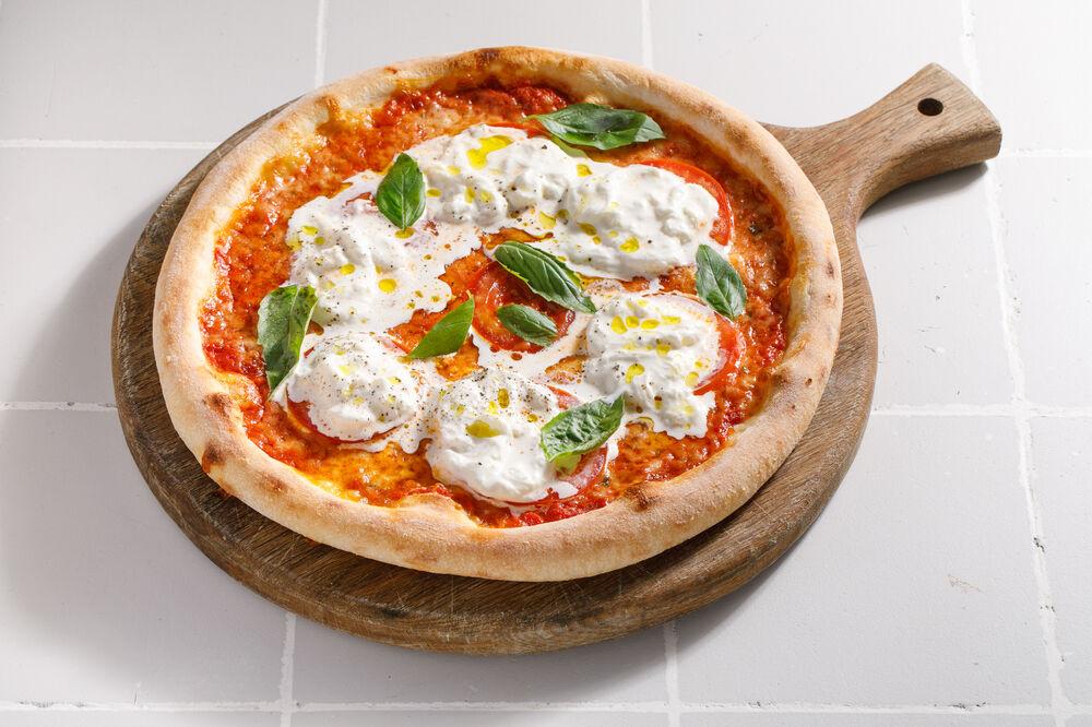 Pizza with Stracciatella and tomatoes