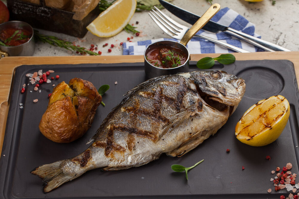 Grilled doradа with baked potatoes