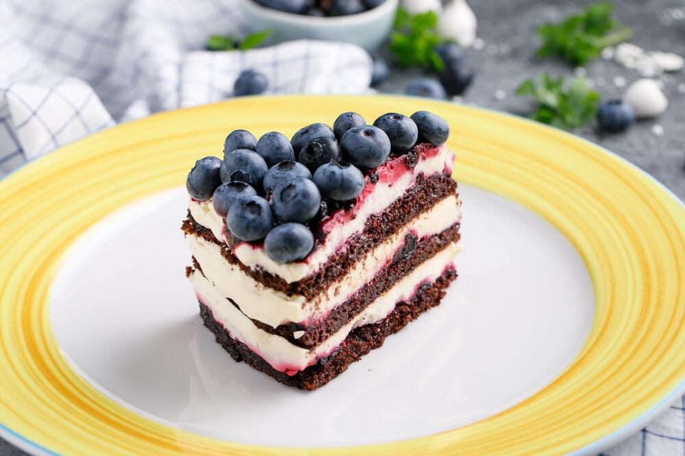 Chokolate cake with black currant