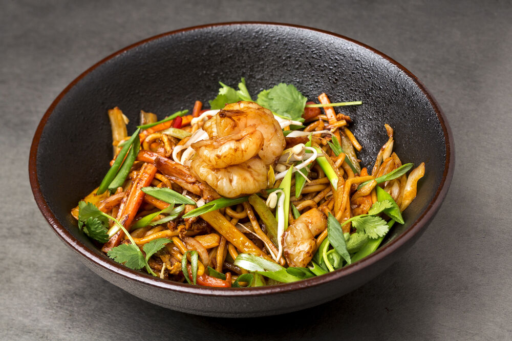 Chow mein noodles with chicken and vegetables