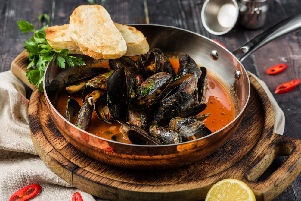 Mussels in tomato and garlic sauce