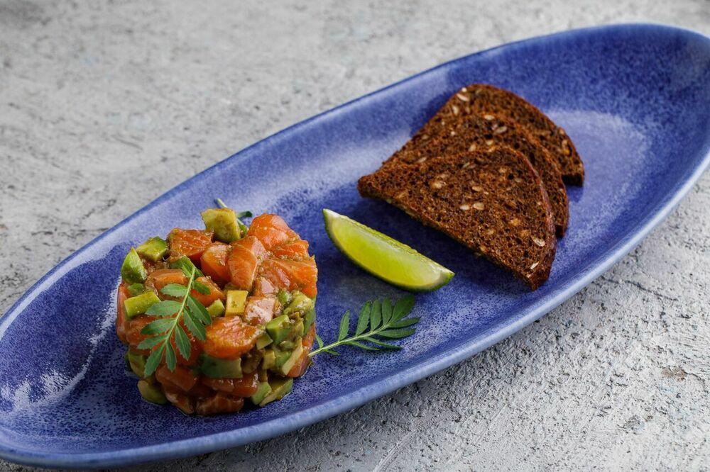 Salmon tartare with rye toasts