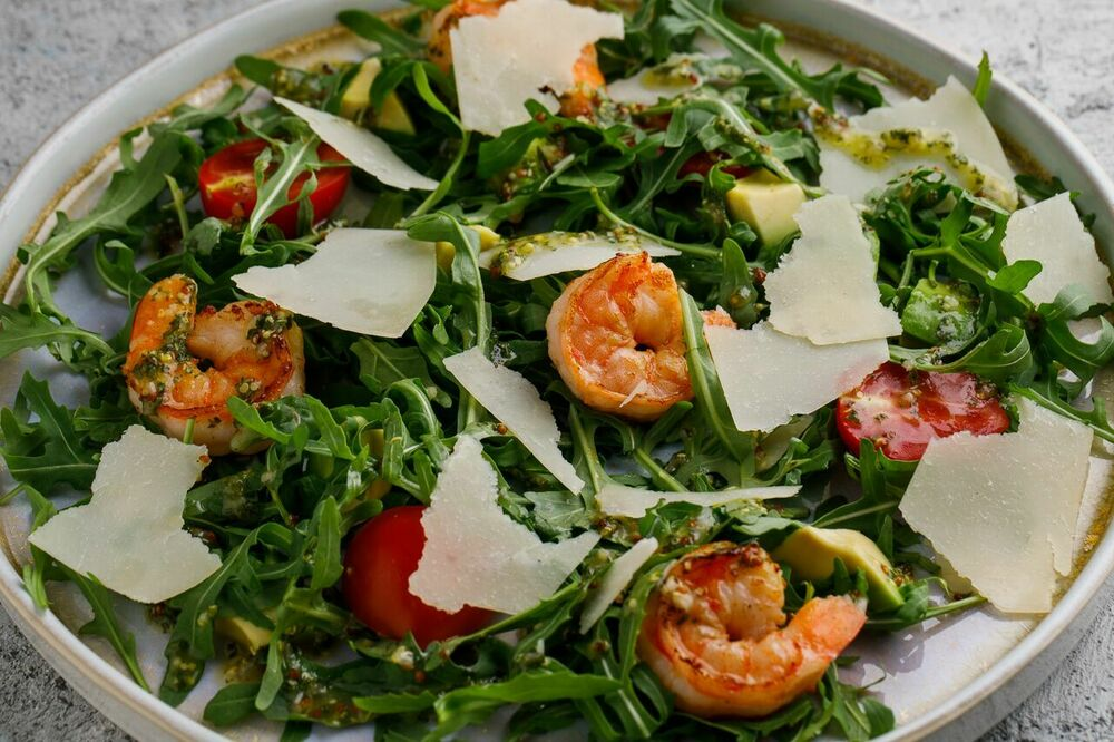 Arugula and shrimps salad
