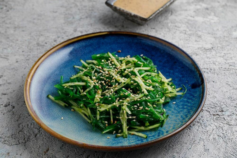 Green salad with sesame dressing