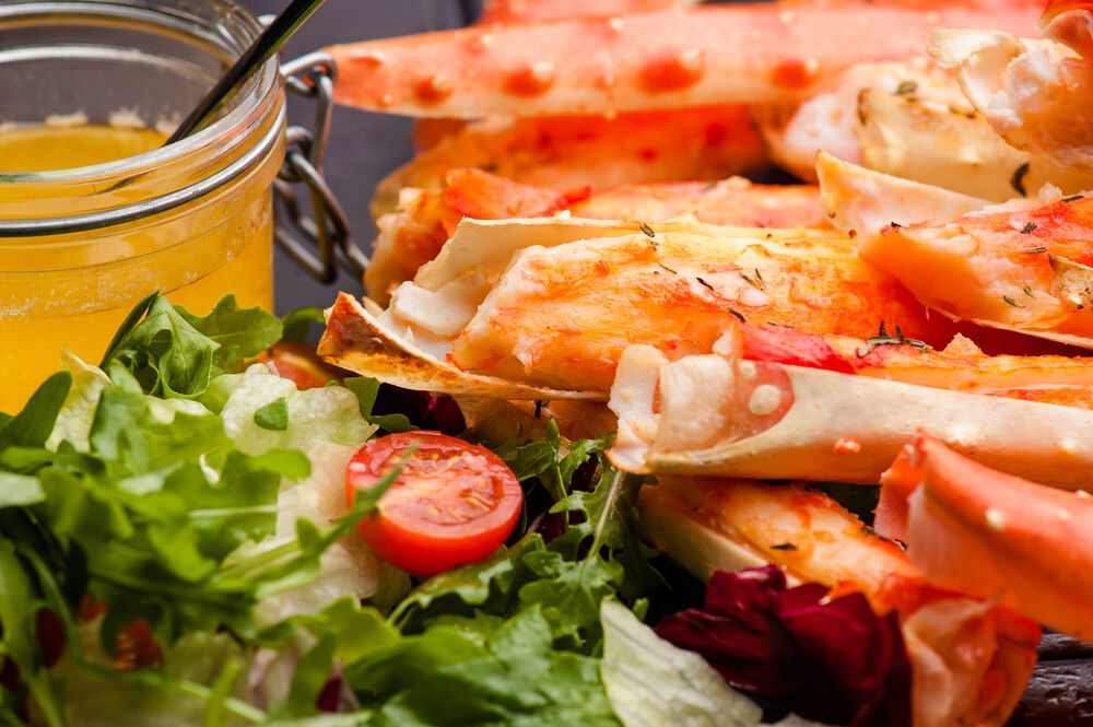 Baked crab phalanges with sauce