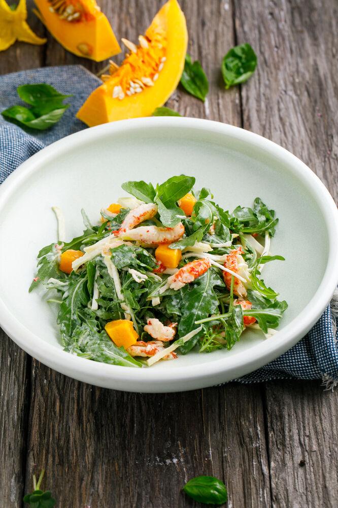 Salad with crayfish tails, arugula and pumpkin