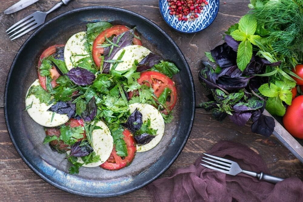 Kveli with tomatoes and greens