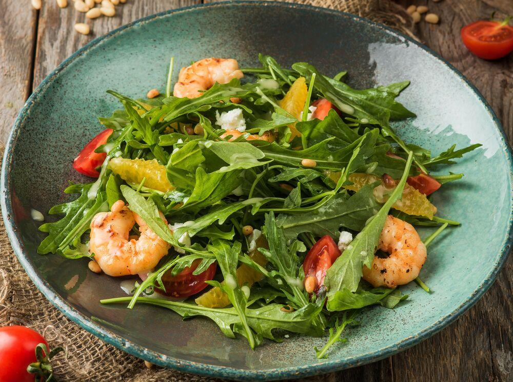 Salad with arugula and shrimps