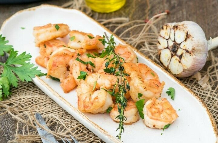 Fried shrimps with garlic