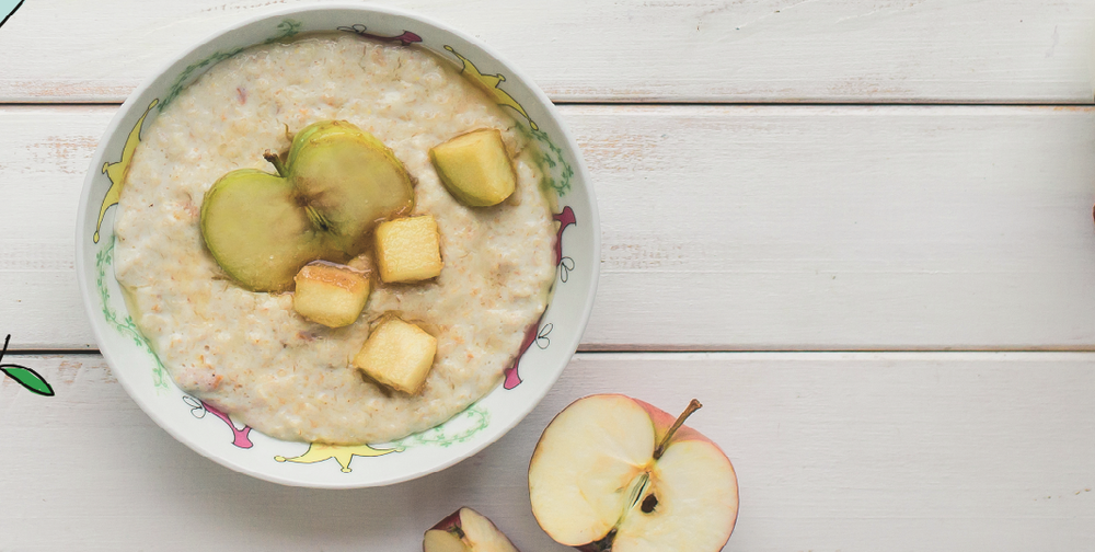 Oatmeal with caramelized apple on the water