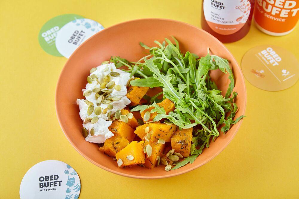 Salad with pumpkin, arugula and cream cheese