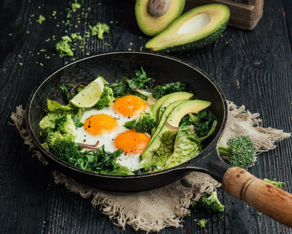 Fragrant fried eggs with herbs, avocado and lime