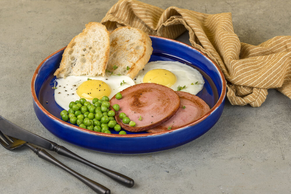 The egg with fried sausage and peas