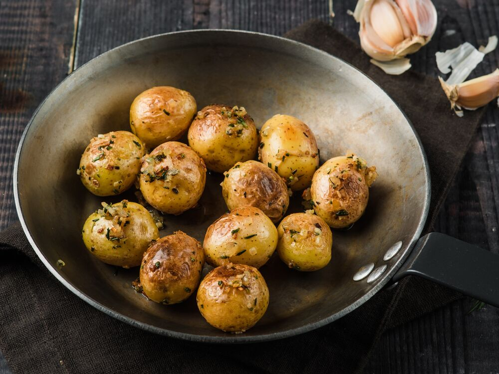 Baby potatoes baked with herbs