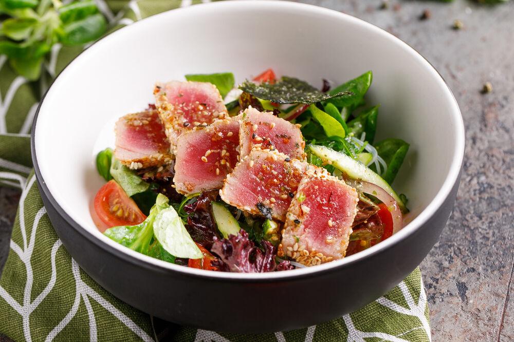 Fresh tuna salad with orange and honey sauce