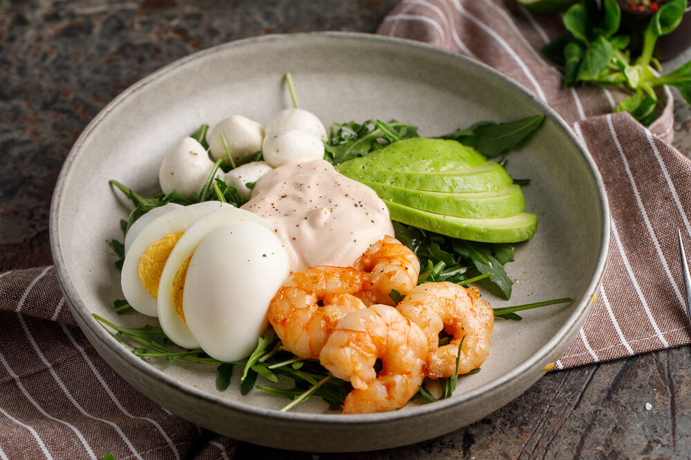 Salad with arugula, shrimp,  mini mozzarella and yogurt sauce
