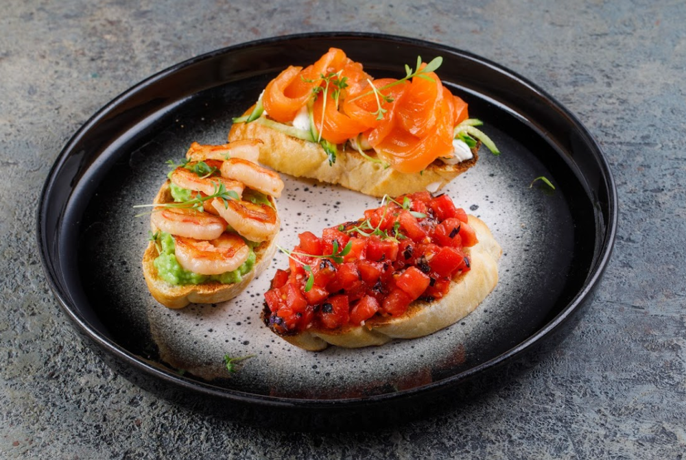 Bruschetta with shrimps and avocado (1 pc)
