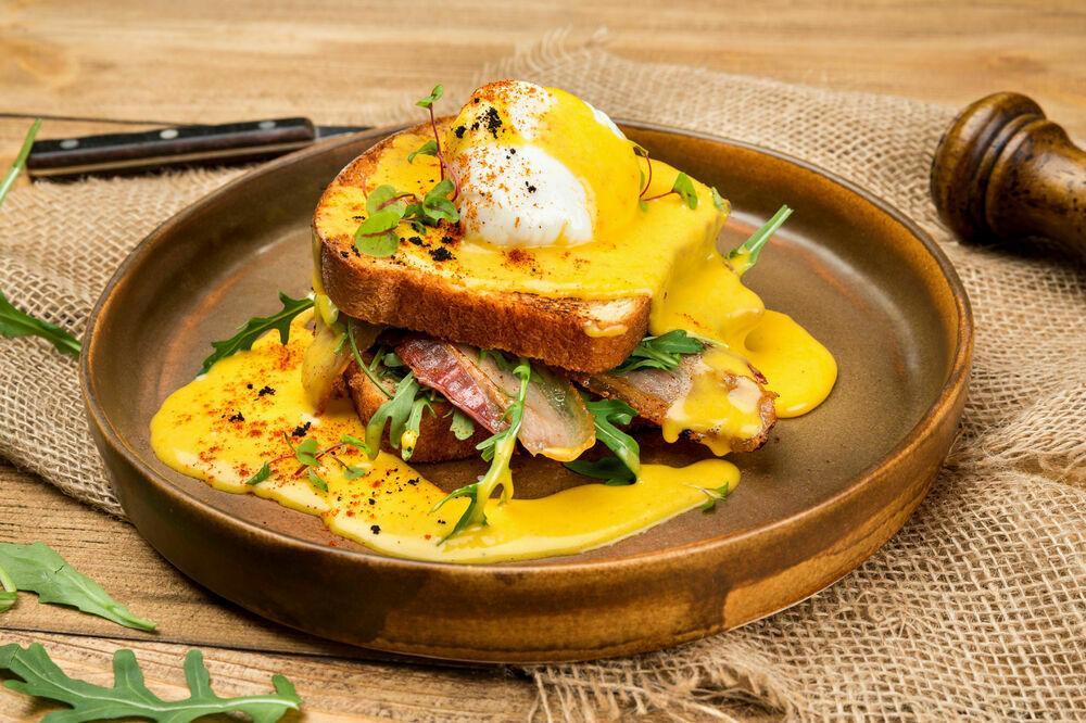 Egg benedict with crispy bacon