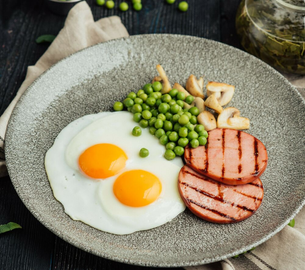 Fried eggs with Doctor's sausage and peas
