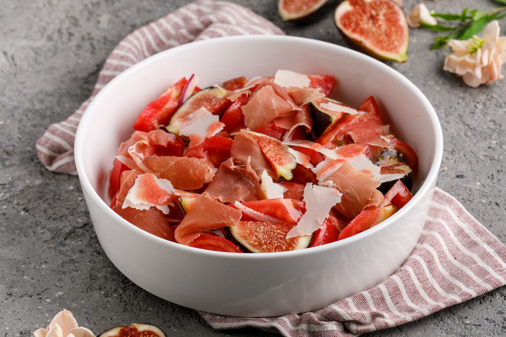 Salad dwith ripe tomatoes, Parma and fig