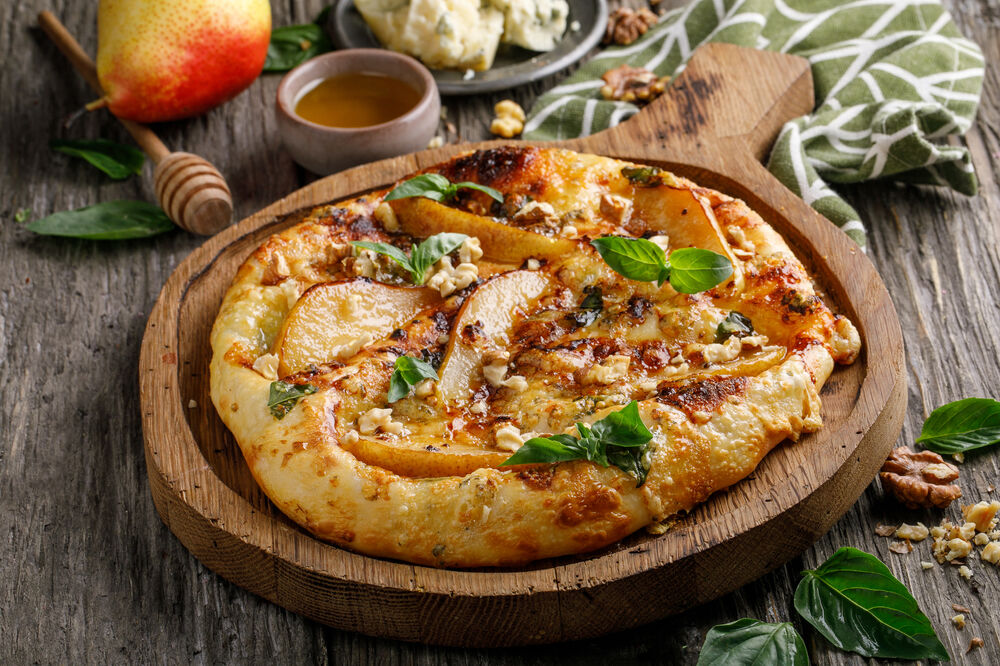 Khachapuri with Gorgonzola and pear