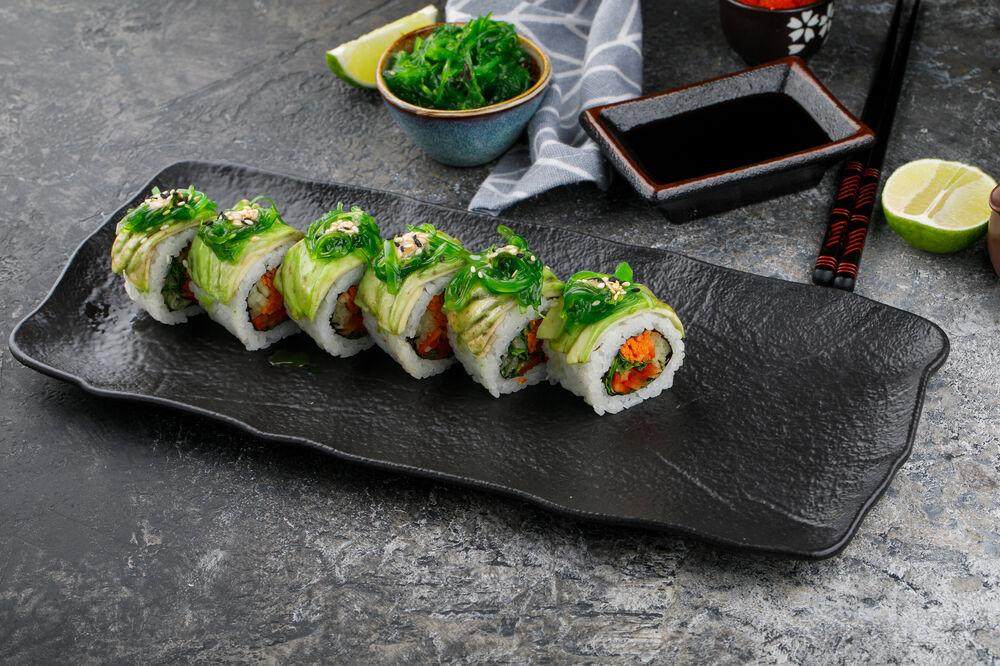 Vegetarian roll with Chuka seaweed and avocado