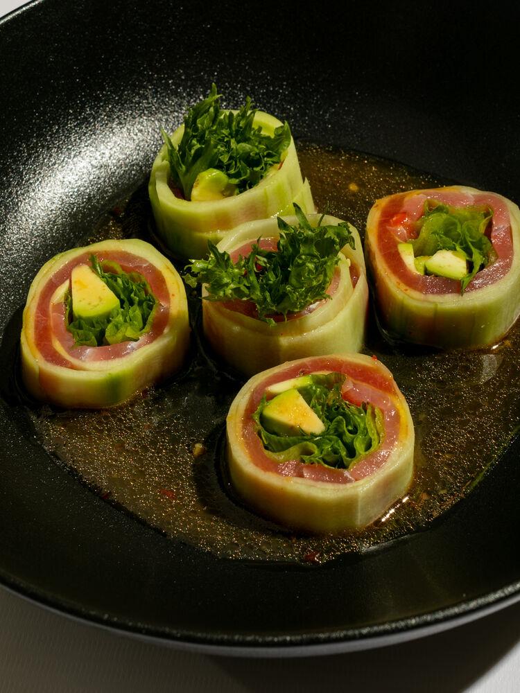 Sashimi roll with tuna and ponzu sauce