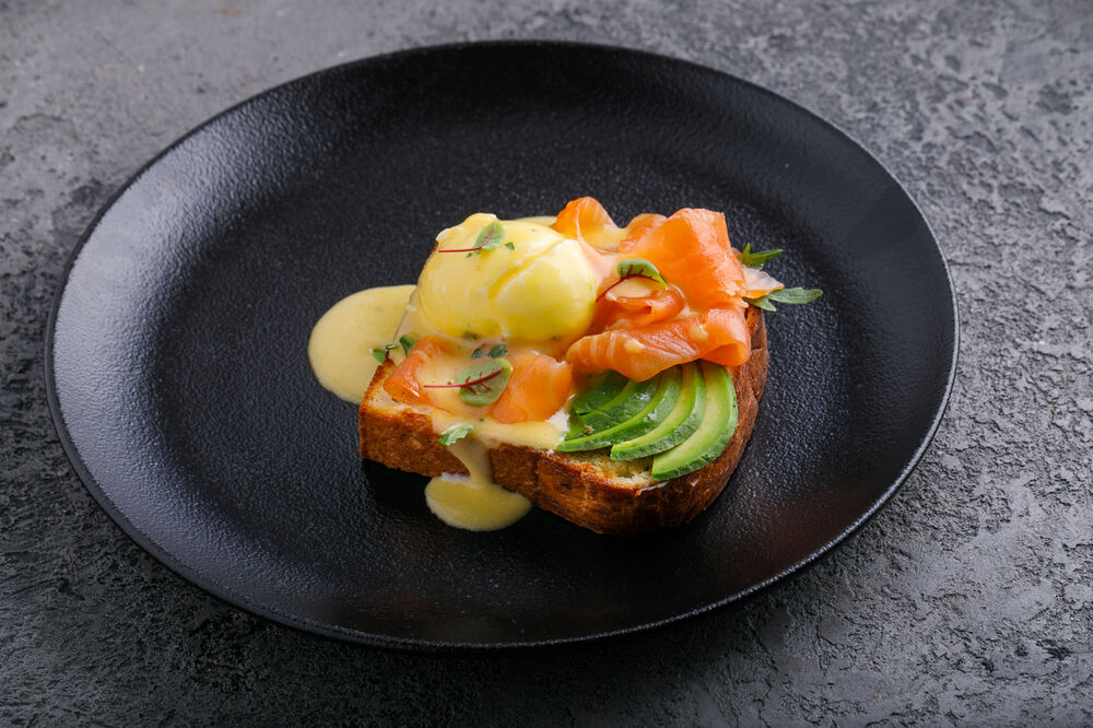 Sandwich with salmon, poached egg and hollandaise sauce