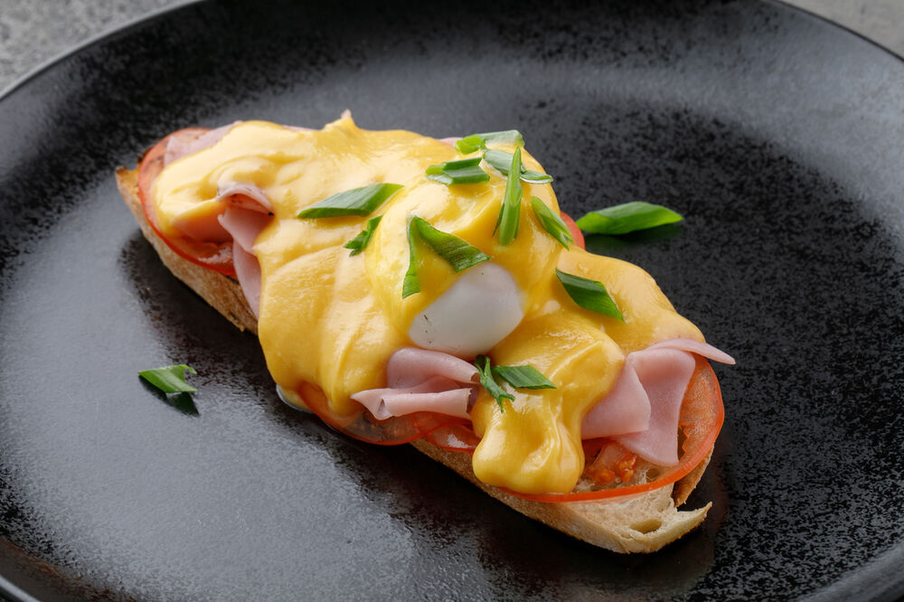 Benedict with ham and tomatoes