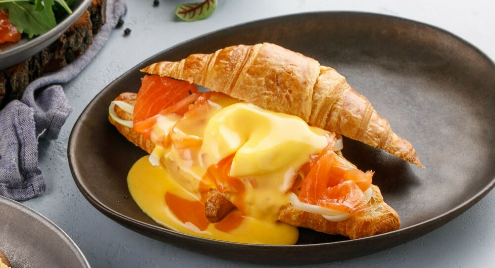 Croissant with light-salted salmon, egg Benedict and hollandaise sauce