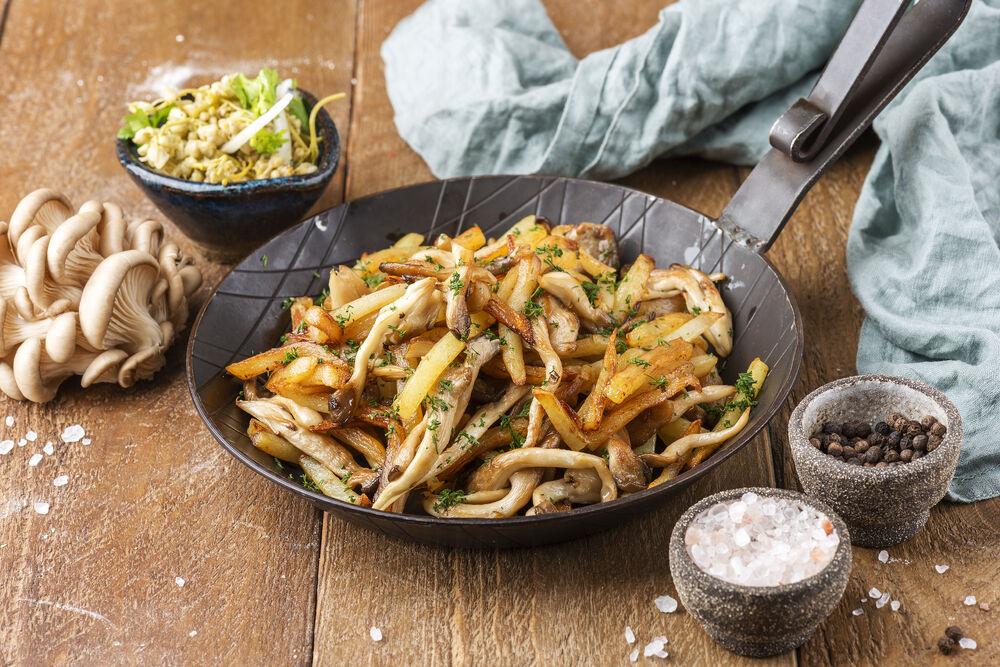 Fried potatoes with seasonal mushrooms and Dzhondzholi