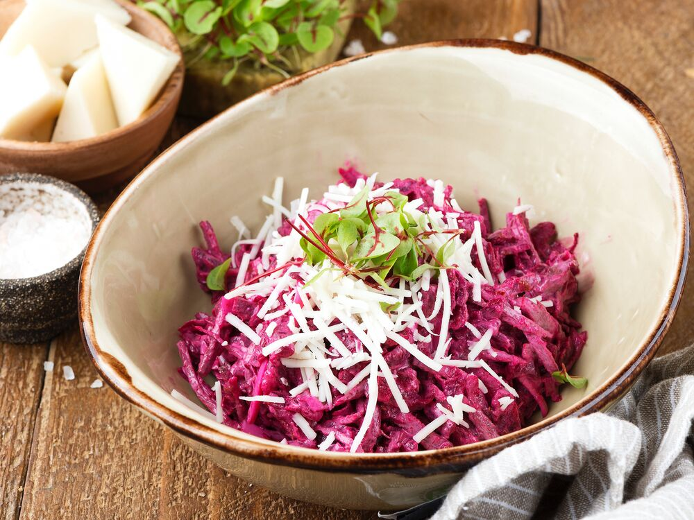 Beetroot salad with veal and goat cheese