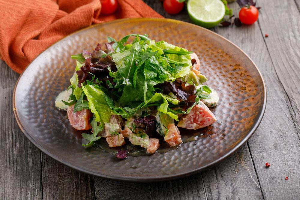 Salad with smoked salmon and avocadо