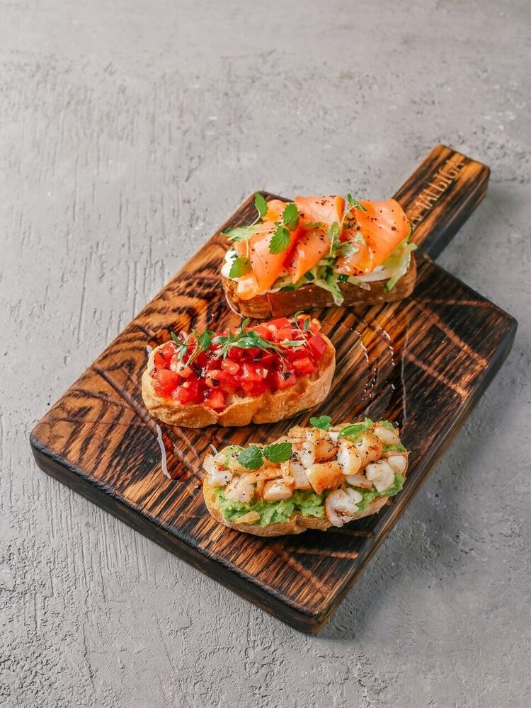 Bruschetta with shrimps and avocado mousse