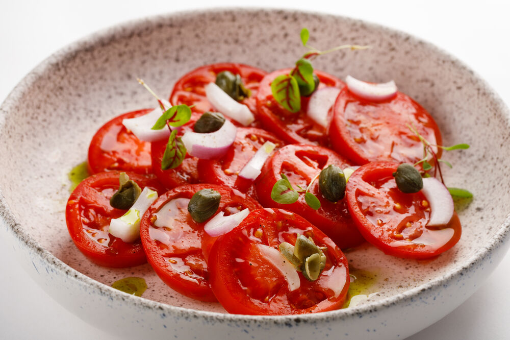 Carpaccio of tomatoes with Yalta onions