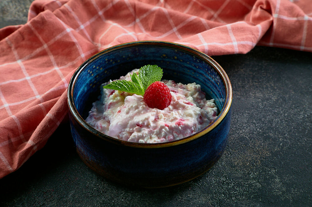 Curd with raspberries