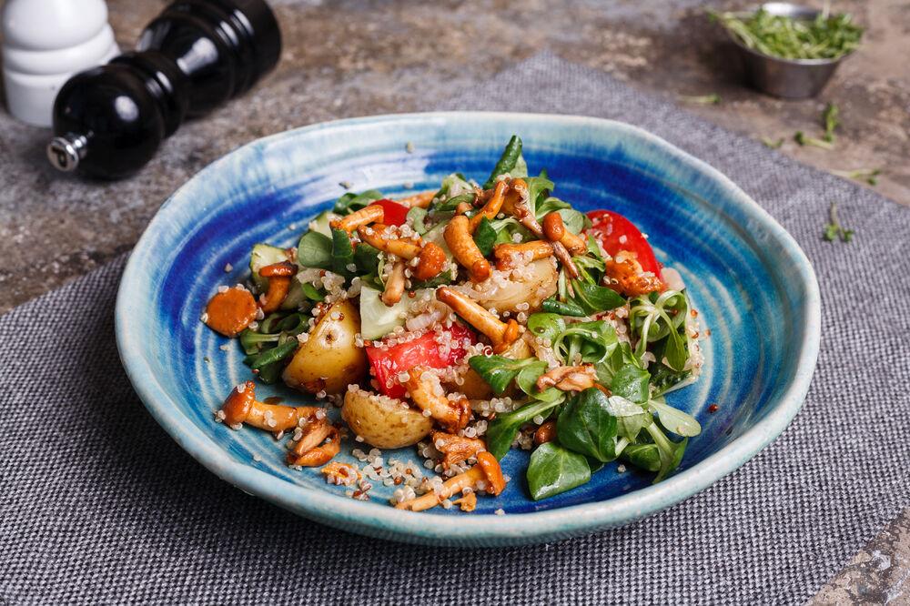 Warm salad with chanterelles