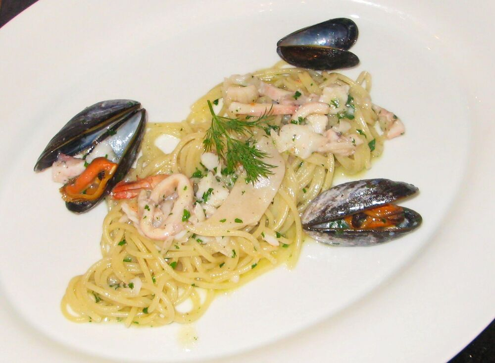 Linguine with seafood in white wine